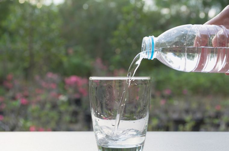 минеральная вода в стакане