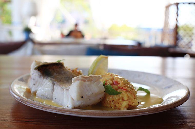 рыба с чесночным соусом