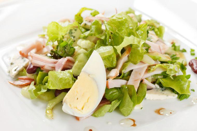 салат с айсбергом, мясом и яйцом