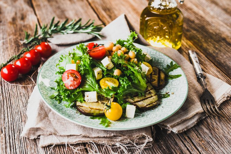салат с томатом и баклажаном
