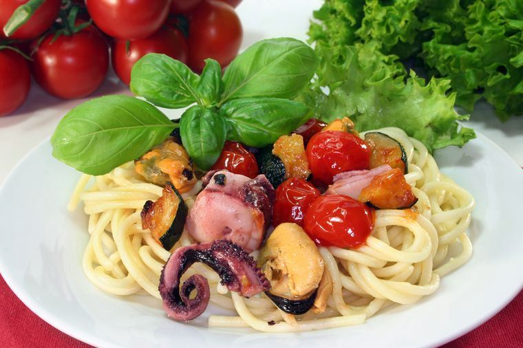 спагетти с помидорами и морепродуктами