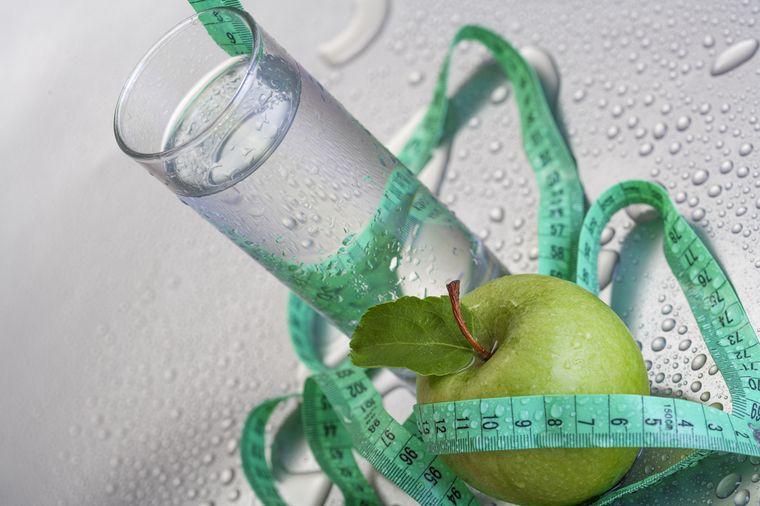 яблоко и вода
